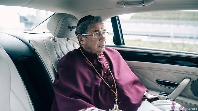 Janusz Gajos jako arcybiskup Mordowicz
