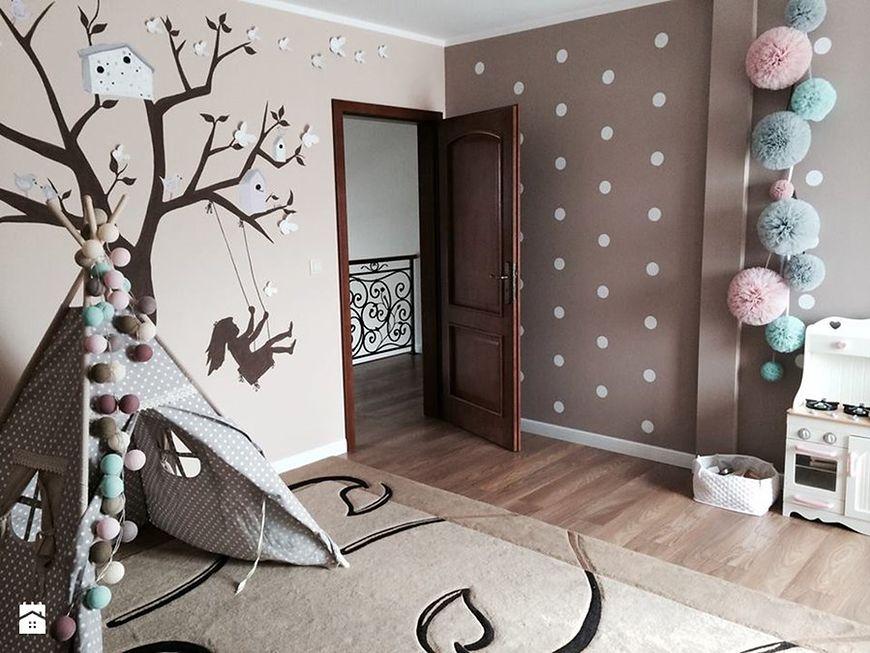 Drzewko na ścianie i tipi w pokoju dziecka