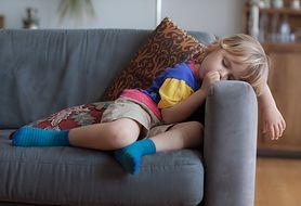 Dzieci potrafią zasnąć dosłownie wszędzie. Obejrzyj śmieszne zdjecia maluchów