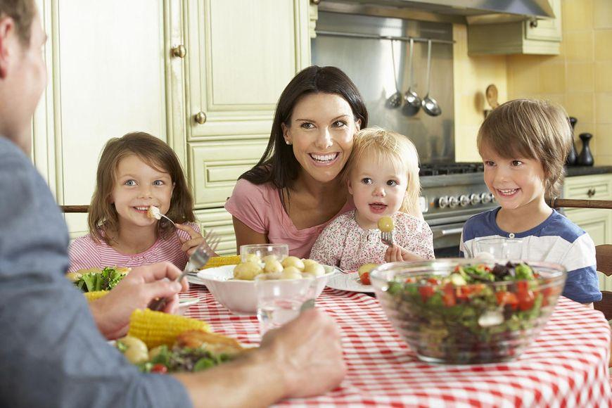 Dzięki codziennym, rodzinnym posiłkom twoje dziecko uniknie otyłości i depresji