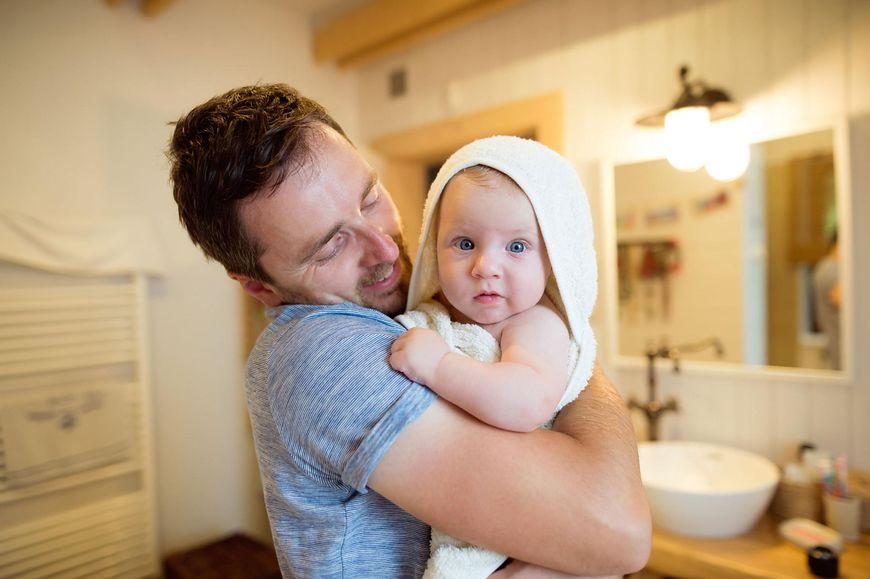 Tata kąpie dziecko