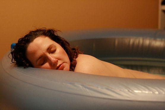 Słyszałaś, że woda łagodzi ból porodowy? Poznaj zalety porodu w wodzie zarówno dla matki, jak i dziecka