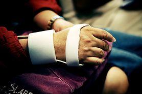 Jak postępować przy złamanej kości sródręcza?