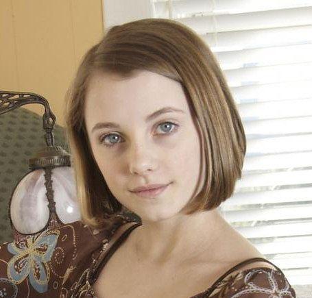 Klasyczne boby to fryzury dla dziewczynek z półdługimi włosami