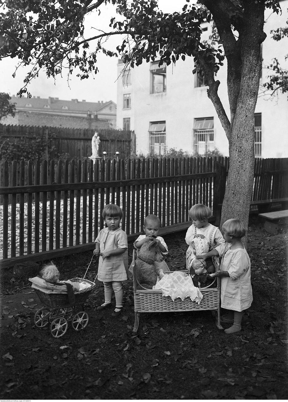Dzieci bawiące się w 1929 roku