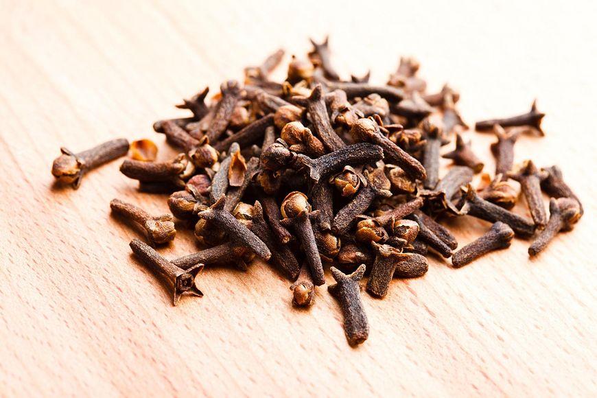Syrop z goździków warto dodawać do herbaty