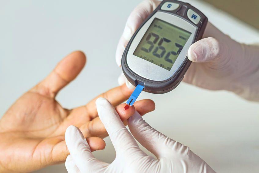 Do bieżącego odczytu poziomu glukozy we krwi służy glukometr