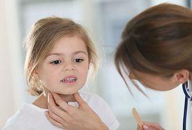 Jak ulżyć dziecku w bólu gardła?