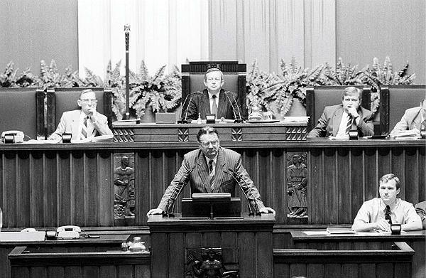 Nocne posiedzenie sejmu. Nz. premier Jan Olszewski wygłasza swoje przemówienie