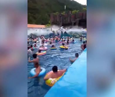 Przed falą uciekali nie tylko ci, którzy znajdowali się w basenie, ale również osoby wypoczywające na jego brzegu
