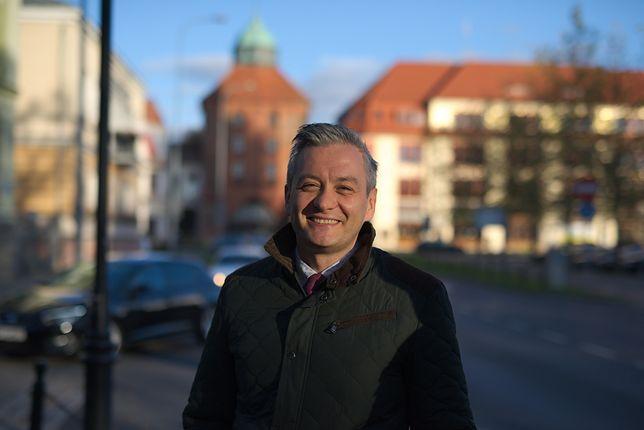 Robert Biedroń składa życzenia TV Trwam: pierwszej telewizji, w której bezdomni rozdają samochody