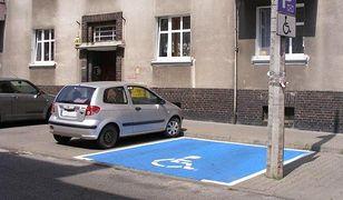 Miejsca parkingowe dla niepełnosprawnych w Poznaniu oznaczone jaskrawą farbą