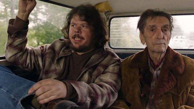 """Kard z serialu """"Twin Peaks"""" (oskarżony Jeremy Lindholm po lewej)"""