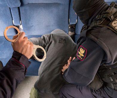Napastnik zabarykadował się w wagonowej toalecie, a później zaatakował też mundurowych (zdj. ilustracyjne)