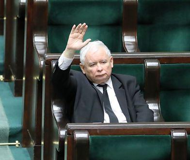 Prezes PiS Jarosław Kaczyński głosuje nad poprawkami Senatu do ustaw tworzących tzw. tarczę antykryzysową.