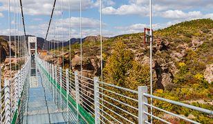 W 2015 jeden ze szklanych mostów zaczął pękać tuż po tym, jak przeszli po nim turyści