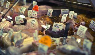 GIS ostrzega przed mięsem z Biedronki oraz mieszanką studencką z Żabki