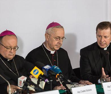 Metropolita Malty i drugi sekretarz Kongregacji Nauki Wiary abp Charles Scicluna (pierwszy z lewej) podczas konferencji konferencji prasowej, na zakończenie obrad  Zebrania Plenarnego Konferencji Episkopatu Polski.