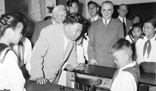 Kim Ir Sen odwiedza koreańskie dzieci przebywające w Państwowym Ośrodku Wychowawczym w Świdrze. 1956 r.