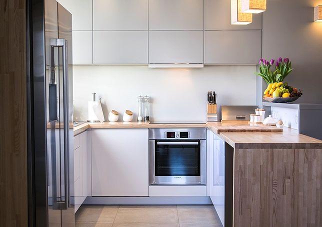 Najczęściej do kuchnia poleca się wykorzystanie oświetlenia o temperaturze barwowej ciepłej lub neutralnej
