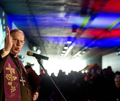 Jan Kopiec, biskup diecezji gliwickiej, odwołał wszystkie msze święte z udziałem wiernych.