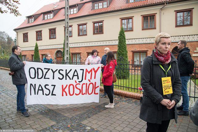 Justyna Zorn, pierwsza z prawej, pod Kurią w Gdańsku