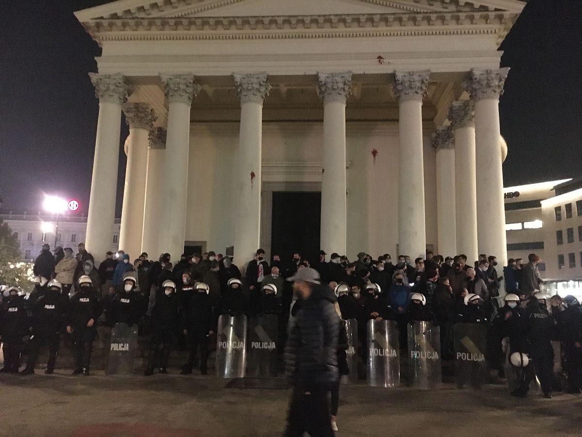 Warszawa. Nocna obrona kościoła na placu Trzech Krzyży. Tylko nie ma przed kim, bo nikt nie ma wrogich zamiarów