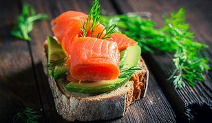 Cenne kwasy omega-3 znajdziemy m.in. w łososiu i awokado.