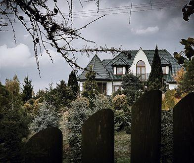 """""""Nawiedzony dom"""" stoi na dużej działce otoczonej wysokim ogrodzeniem."""