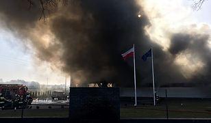 Groźny pożar hali magazynowej w Mikstacie pod Ostrzeszowem. Na miejscu 50 strażaków.