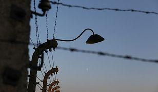 Pomnik ofiar podobozu Auschwitz stoi wśród złomu. Zostanie przeniesiony