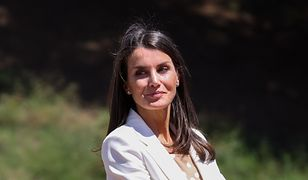 Królowa Letizia cała w bieli. Postawiła na bardzo modny wzór i nie zapomniała o obowiązkowym dodatku