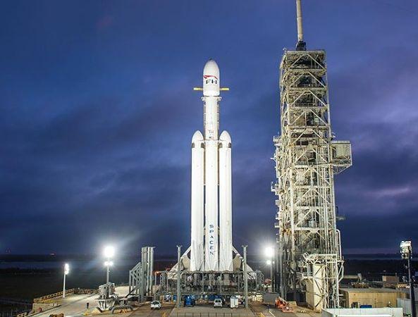 Falcon Heavy na stanowisku startowym na Przylądku Canaveral na Florydzie