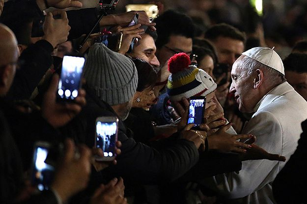 Papież odprawił nabożeństwo dziękczynne za 2016 rok i spotkał się z wiernymi koło szopki na pl. Świętego Piotra