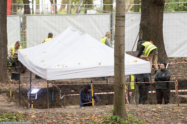 Westerplatte. Prace archeologiczne koło cmentarzyka obrońców.