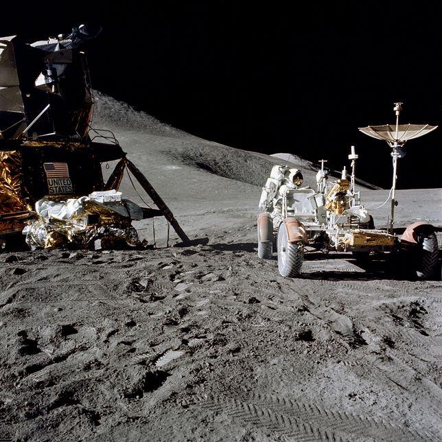 James B. Irwin podczas misji Apollo 15, obok LRV i modułu księżycowego / fot. NASA