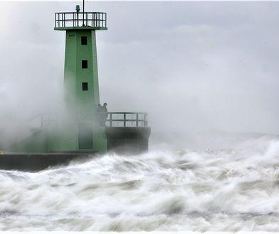 Latarnia morska we Władysławowie podczas sztormu na Bałtyku