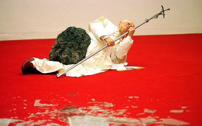 W wyniku akcji Witolda Tomczaka figurze odpadła część lewej nogi