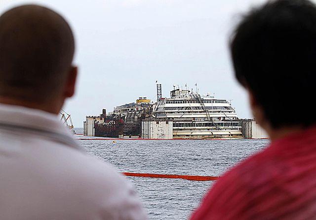 Costa Concordia znowu pływa - zdjęcia