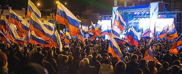 """Mieszkańcy Krymu demonstrują poparcie dla przyłączenia do Rosji. """"Wracamy do domu"""""""