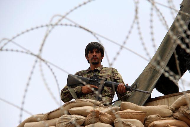 Afgański żołnierz pilnuje bazy wojskowej w swoim kraju