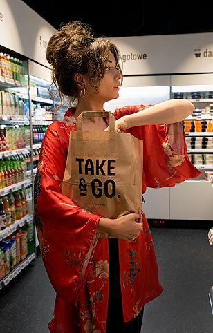 Wejście i wyjście ze sklepu Take&GO jest możliwe dzięki aplikacji
