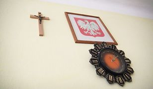 Krzyż, zegar i godło nad tablicą - tak wygląda większość klas w Polsce