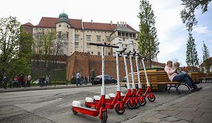 Kraków. Miasto chce walczyć z hulajnogami, są dwa projekty uchwał
