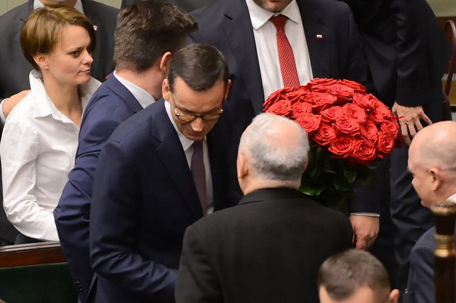 Mateusz Morawiecki przyjmuje gratulacje po przegłosowaniu przez Sejm wotum zaufania dla jego rządu