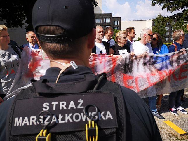 """Tragifarsa w """"twierdzy paździerz"""". Tak władza i opozycja ośmieszają polski Sejm"""
