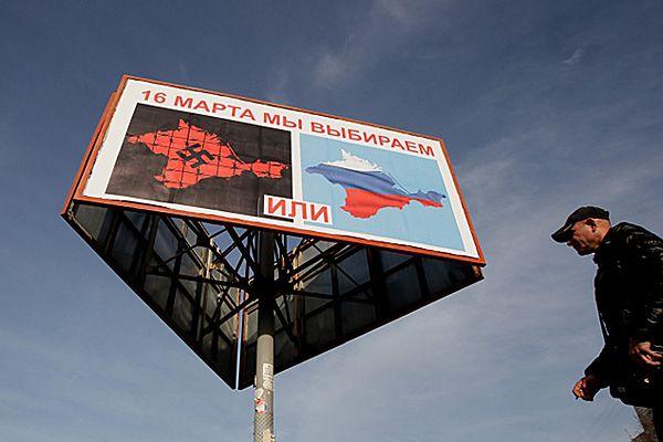 """Na ulicach pojawiły się banery zestawiające swastykę z barwami Rosji pod hasłem """"albo albo"""""""