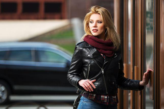 Klasyczna, czarna ramoneska ze skóry naturalnej to stylowe i uniwersalne ubranie