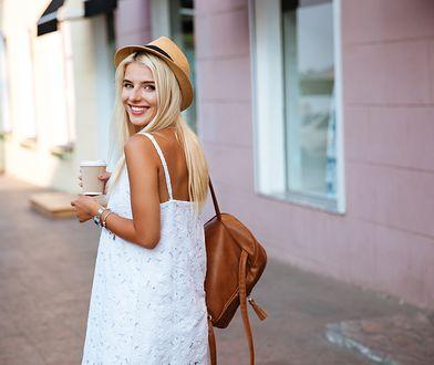Biała sukienka jest bardzo modna w tym sezonie
