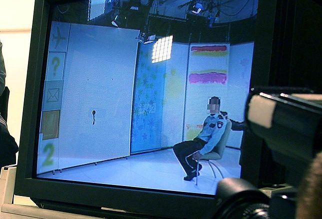 Zamachowiec przystawia pistolet do głowy strażnika TVP w studiu Telewizji Polskiej. Materiał nie był emitowany na żywo.